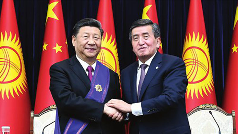 Chinese President Xi Jinping (left) and Kyrgyz President Sooronbay Jeenbekov pose for a photo after Xi was awarded the country's top honor, the Manas Order of the First Degree, on the sidelines of the Shanghai Cooperation Organization summit in Bishkek on Thursday. Photo: Xinhua