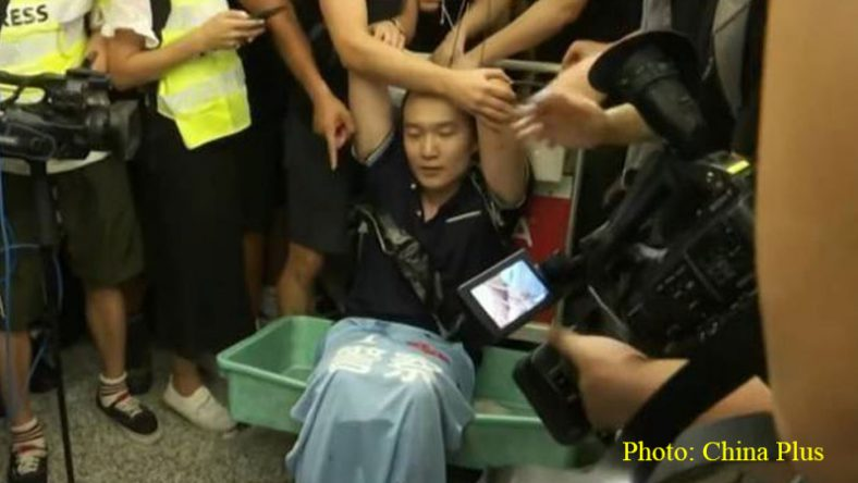 Reporter of Global Times was attacked by so-called 'pro-democracy' rioters at the Hong Kong Int'l Airport